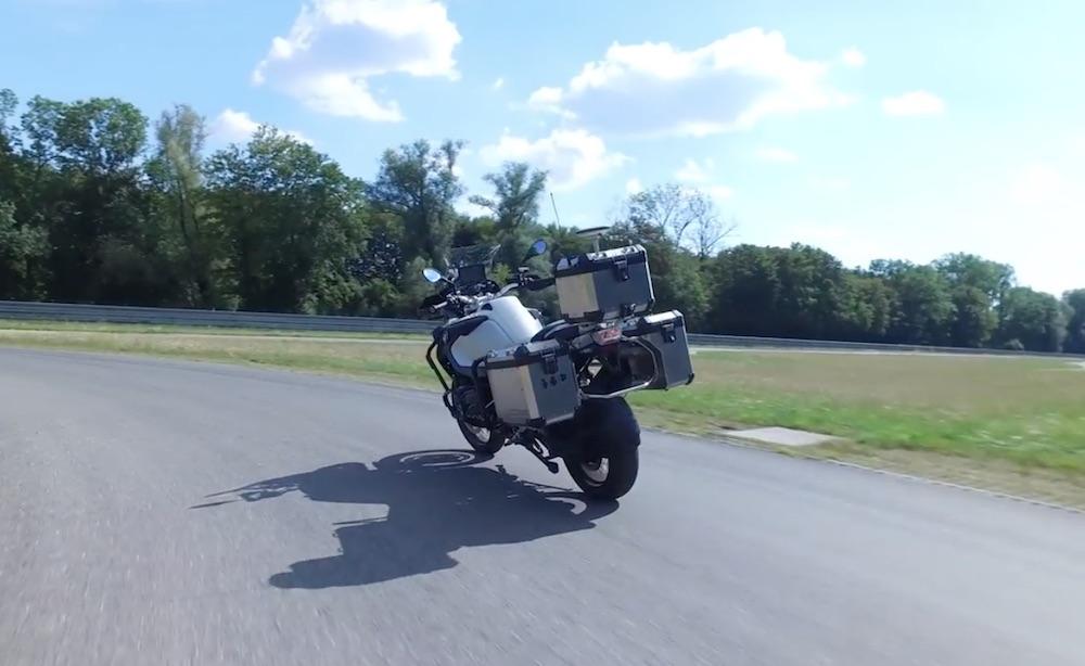 BMW 造了一辆自动驾驶摩托车,自动转向、刹车,很酷!